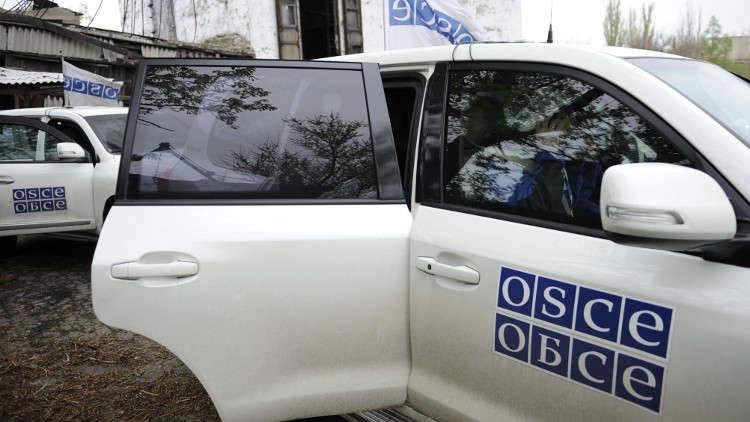 مدرعة أوكرانية تصطدم بسيارة للمراقبين الدوليين بشرق أوكرانيا