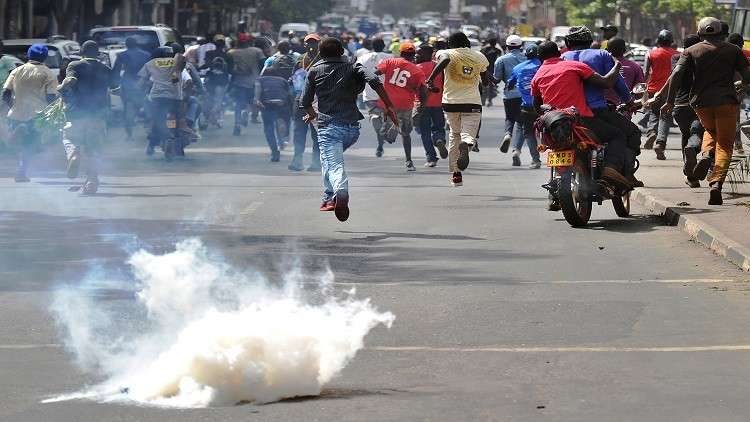 شرطة كينيا تستخدم الغاز المسيل للدموع لتفريق متظاهرين