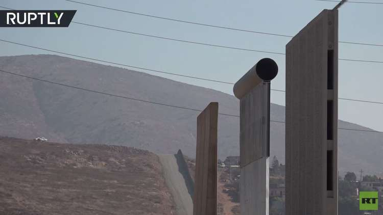 أول نموذج لجدار ترامب الفاصل للحدود بين أمريكا والمكسيك