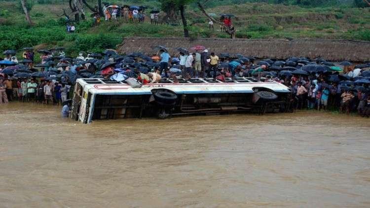 مصرع 31 شخصا في نيبال بسقوط حافلة في نهر