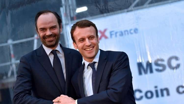اليمين الفرنسي يطرد وزراء من حزبه لدعمهم ماكرون