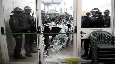 الشرطة الإسبانية تقتحم مركز اقتراع في كتالونيا