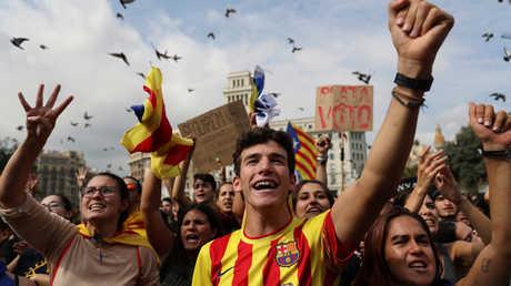 الناس يحتفلون بنجاح الاستفتاء على انفصال كتالونيا