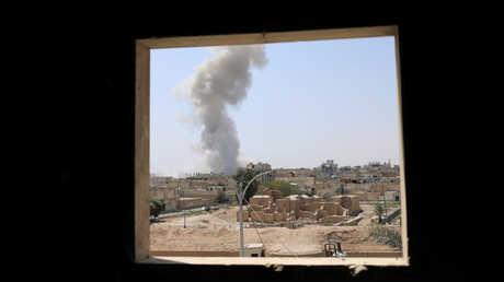 عمود دخان يتصاعد بعد غارة للتحالف الدولي على أحد أحياء الرقة