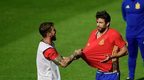 بيكيه وراموس يشتبكان في معسكر منتخب إسبانيا