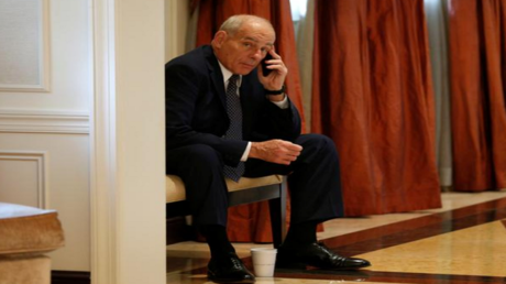 كبير موظفي البيت الأبيض جون كيلي يتحدث عبر الهاتف