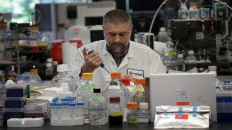 عالم يجري أبحاثا على لقاح جديد لفيروس زيكا بمختبر في الولايات المتحدة