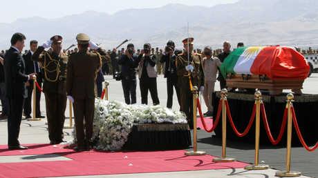 رئيس حكومة اقليم كردستان العراق نشيرفان بارزاني يقف بخشوع أمام نعش الرئيس العراقي السابق جلال طالباني بمطار السليمانية