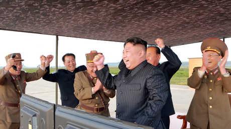 """زعيم كوريا الشمالية، كيم جونغ أون، يشرف على إطلاق صاروخ من طراز """"هواسونغ-12"""" (سبتمبر/أيلول 2012)."""
