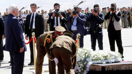 وزير الخارجية الإيراني محمد جواد ظريف يقف أمام نعش جثمان الرئيس العراقي السابق جلال طالباني في مطار مدينة السليمانية بإقليم كردستان العراق، 6/10/2017