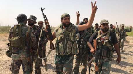 عناصر من الجيش السوري خلال الاستعداد لاجتياز نهر الفرات في محافظة دير الزور