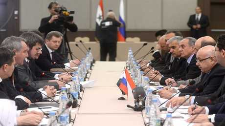 أرشيف- نائب رئيس الحكومة، الروسي، دميتري روغوزين، ووفد سوري عام 2014
