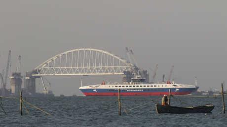 سفينة روسية تعبر قرب جسر القرم الذي يربط شبه الجزيرة بروسيا