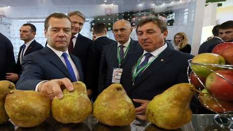 رئيس الوزراء الروسي، ديمتري مدفيديف، ووزير الزراعة الروسي، ألكسندر تكاتشيف