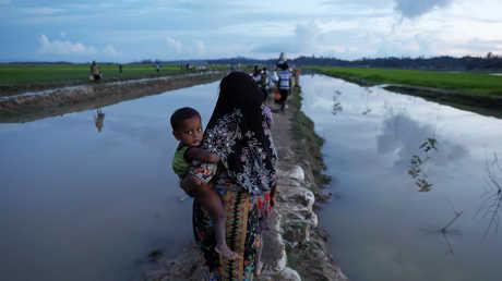 مسلمون من قومية الروهينغا فارون إلى بنغلاديش