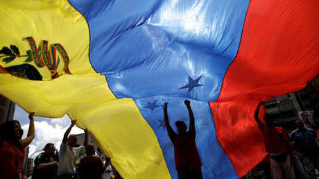 أنصار للحكومة الفنزويلية يشاركون في مسيرة ضد ترامب (كاراكاس، 14 أغسطس/آب).
