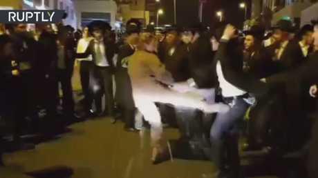 جندية إسرائيلية تعتدى على متظاهرين من اليهود المتشددين