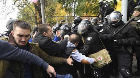 اشتباكات بين الشرطة ومحتجين في كييف