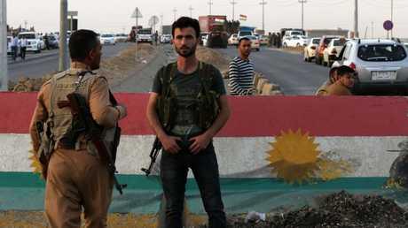 القوات الكردية تحرس أحد مداخل أربيل