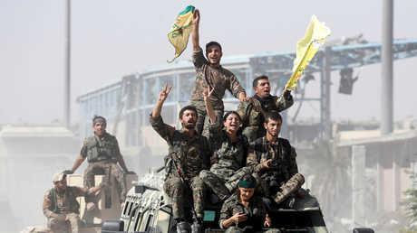 مقاتلو قوات سوريا الديمقراطية يحتفلون بتحرير الرقة