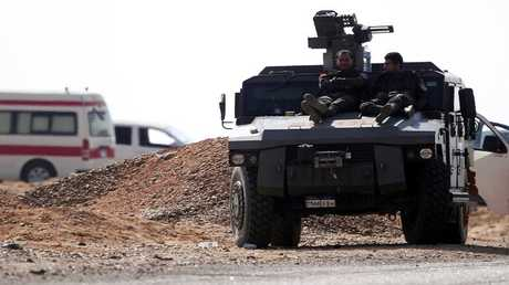 وحدات من قوات الأمن وخدمات الإسعاف المصرية في منطقة الكيلو 135