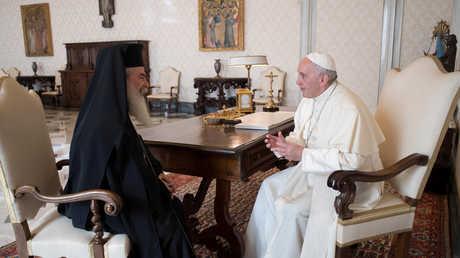 البابا فرانسيس يلتقي مع بطريرك الروم الأرثوذكس في القدس ثيوفيلوس الثالث في الفاتيكان.