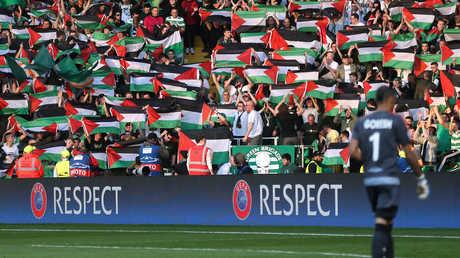 جماهير سلتيك يرفعون العلم الفلسطيني في إحدى المباريات