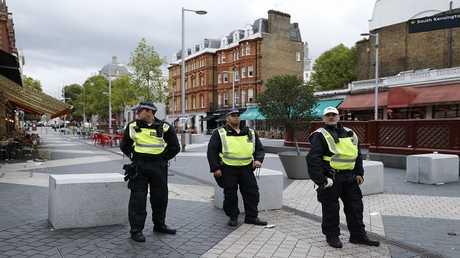أرشيف - أفراد من شرطة لندن في مهمة