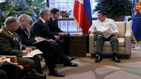 رئيس الفلبين رودريغو دوتيرتي خلال استقباله وزير الدفاع الروسي سيرغي شويغو، 24 أكتوبر 2017