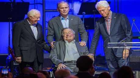 الرئيس الأمريكي السابق جيمي كارتر، جورج بوش، جورج دبليو بوش، وبيل كلينتون في حفل خيري نظم لمساعدة المتضررين من الإعصارات، تكساس، 21 أكتوبر 2017