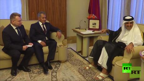 وزير الدفاع الروسي، سيرغي شويغو، وأمير قطر، الشيخ تميم بن حمد آل ثاني، خلال لقائهما اليوم الأربعاء في الدوحة.