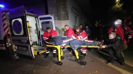 مسعفون ينقلون أحد ضحايا التفجير إلى المستشفى
