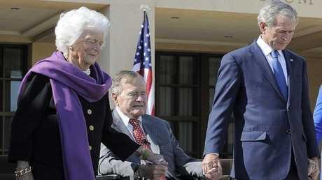 جورج بوش الأب بين أبنه وزوجته