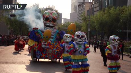 """مسيرة """"الموتى"""" في شوارع مكسيكو"""