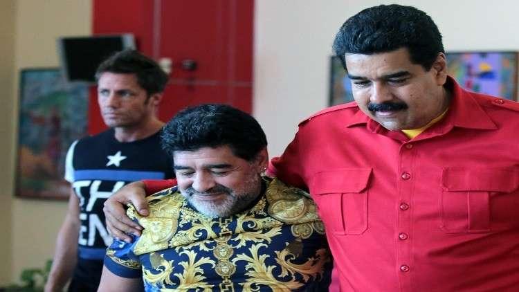 مارادونا والرئيس الفنزويلي في فريق واحد