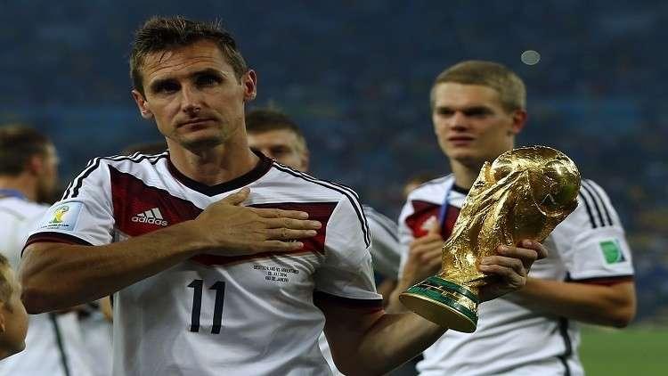 كلوزه سيحمل كأس العالم الذهبية إلى منصة قرعة مونديال 2018