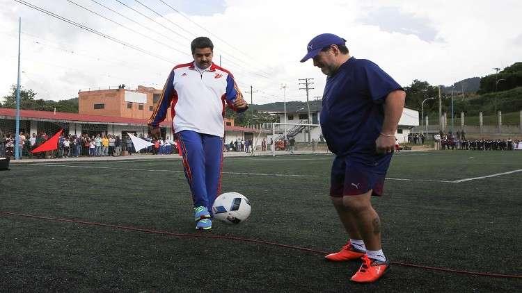 مادورو ومارادونا يشاركان بمباراة بكرة القدم (فيديو)