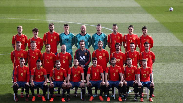 """مونديال 2018.. منتخب إسبانيا يلتقط صورته الرسمية بالقميص """"المثير للجدل"""""""