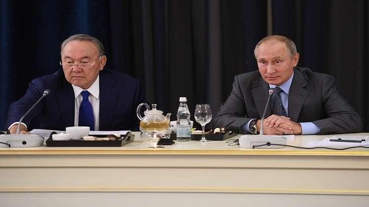 نزاربايف احتسى البيرة مع بوتين في مقهى شعبي