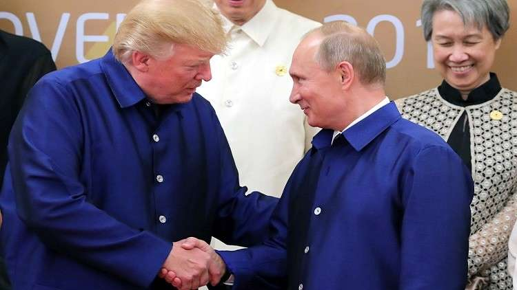ترامب يصافح بوتين بحرارة في قمة
