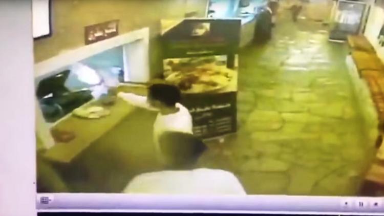بالفيديو.. إطلاق نار وسطو مسلح في مطعم بالرياض