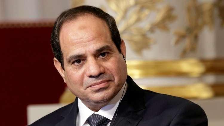 بالفيديو.. السيسي يمازح  وزير الدفاع ويعتذر له