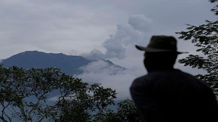 ثوران بركان في إندونيسيا وسنغافورة تحذر مواطنيها