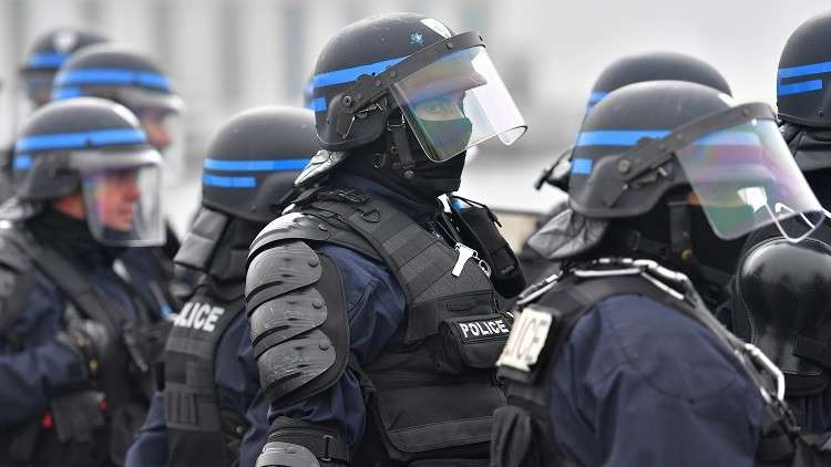 السجن 6 أشهر لشرطي فرنسي صفع مهاجرا