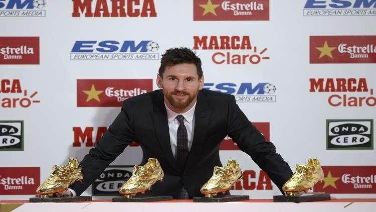 ميسي يتسلم جائزة الحذاء الذهبي ويعادل رونالدو