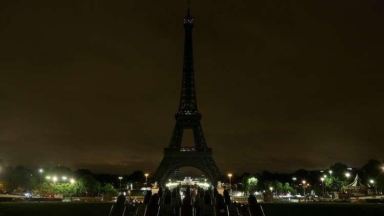 برج إيفل يخبت حدادا على ضحايا هجوم العريش بمصر