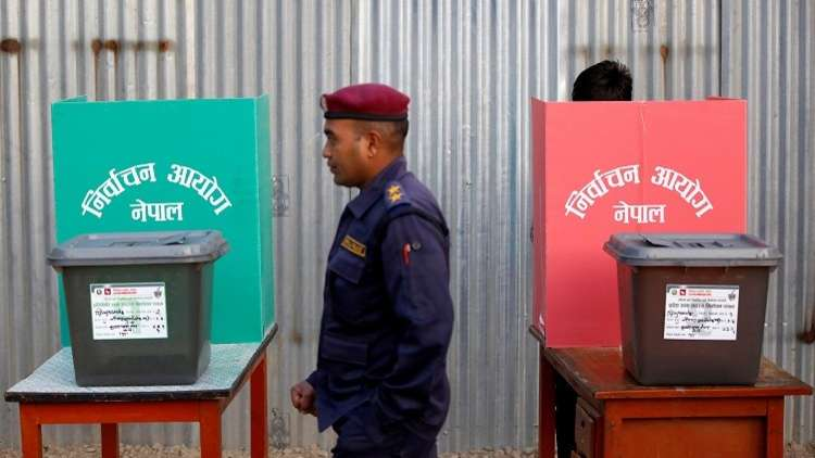 النيباليون يتوجهون إلى مراكز الاقتراع في انتخابات تاريخية