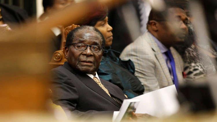 موغابي يصلي ويبكي مفجوعا بخيانة ضباطه