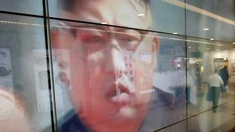 صورة للزعيم الكوري الشمالي كيم جونغ أون على شاشة تلفزيونية