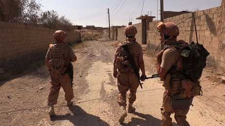 عسكريون روس أثناء إزالة الألغام في دير الزور